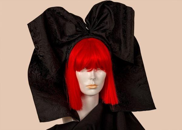 Coiffe alsacienne sur serre-tête en tissu damassé noir.