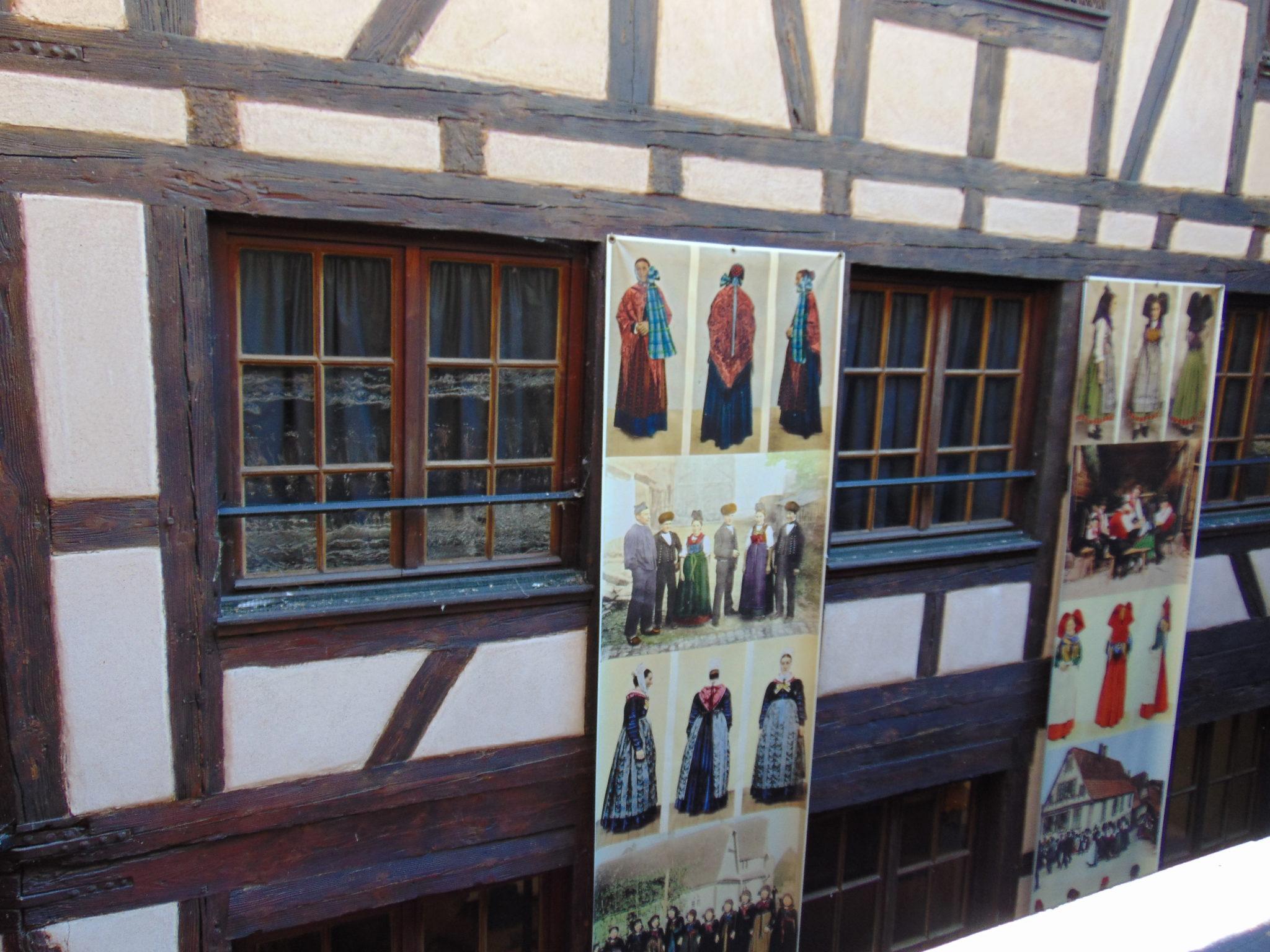 Au musée alsacien de Strasbourg, exposition Costumes d'Alsace, étoffes d'un monde