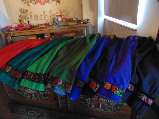 Le camaïeu de couleurs des jupes protestantes dans le Kocherberg Costumes d'Alsace musée Alsacien