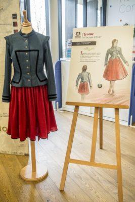 jupe et veste courte en lainage par Temulün, Princesse des Steppes CP Patrick Lambin