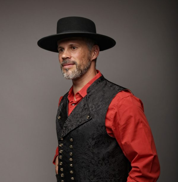 gilet-noir-chapeau-damasse-aout-2018-Gehts-In-CP-Faon-Photography